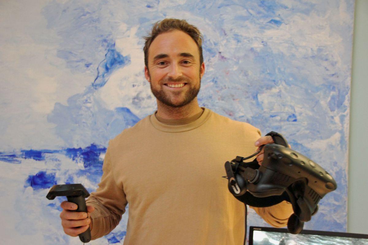 Tømrer Didrik Akre var en av mange deltakere som testet ut digital HMS-trening med VR på Backe Stor-Oslos HMS-dag. Foto: Svanhild Blakstad