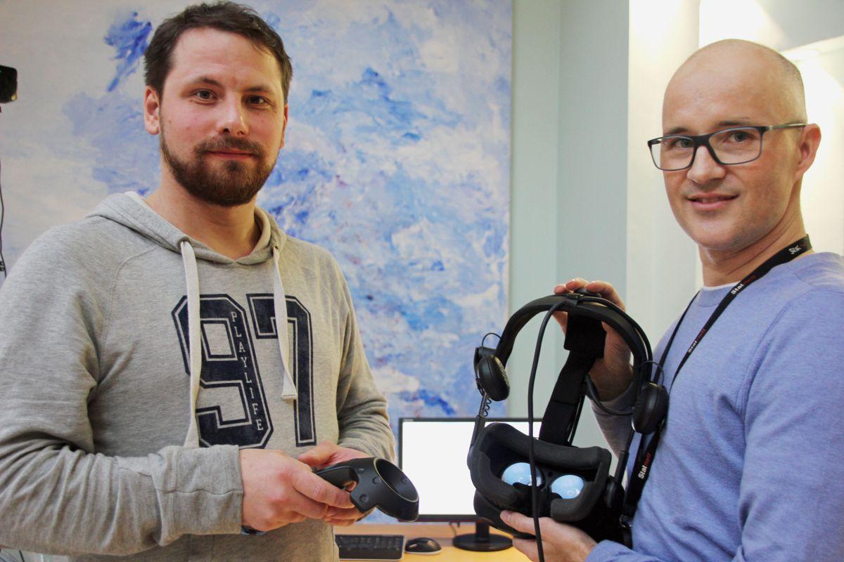 Tømrer Kimmo Larsen fikk også testet Statnetts digitale HMS-trening, med instruksjon av HMS-sjef Anders Mathilsen i Statnett. Foto: Svanhild Blakstad
