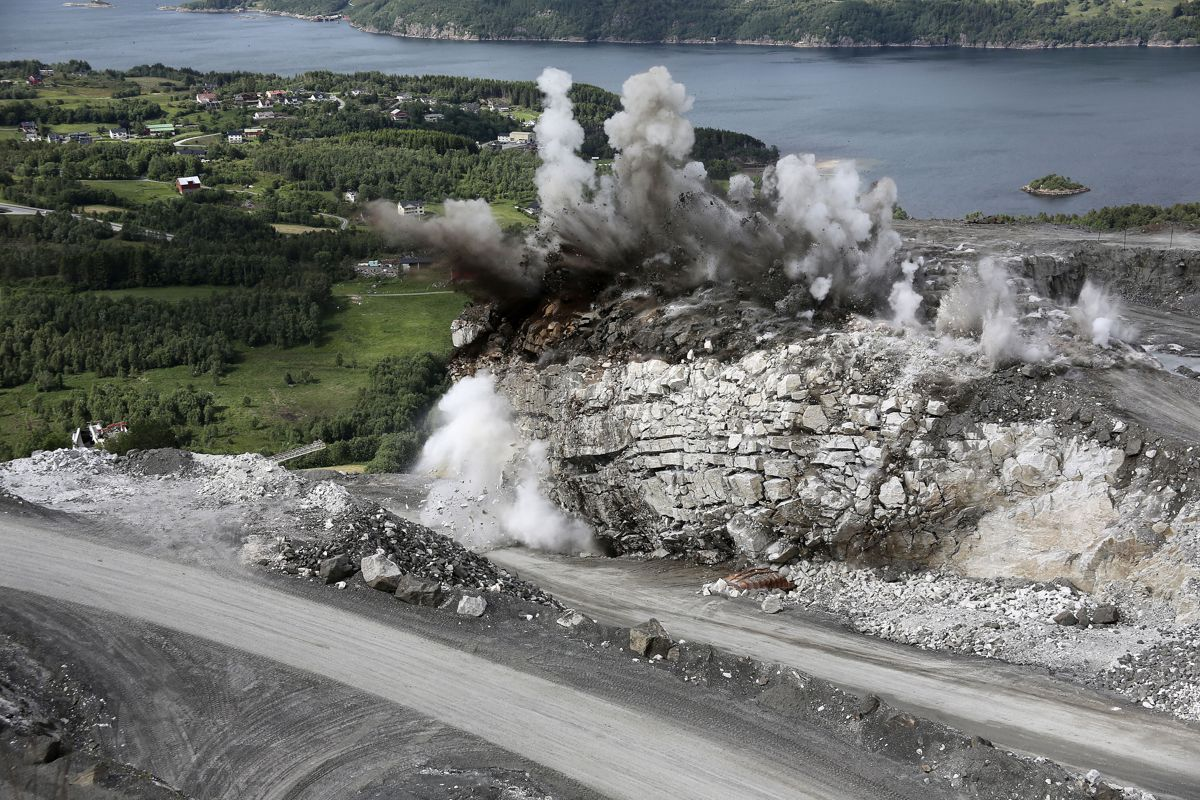 2. premie: Fra spesiell sprengning av en stor tunnel ved Visnes Kalk AS på Visnes i Eide kommune gjort i 2016. Det gikk med 38.000 kg sprengstoff. Foto: Einar Gjærevold