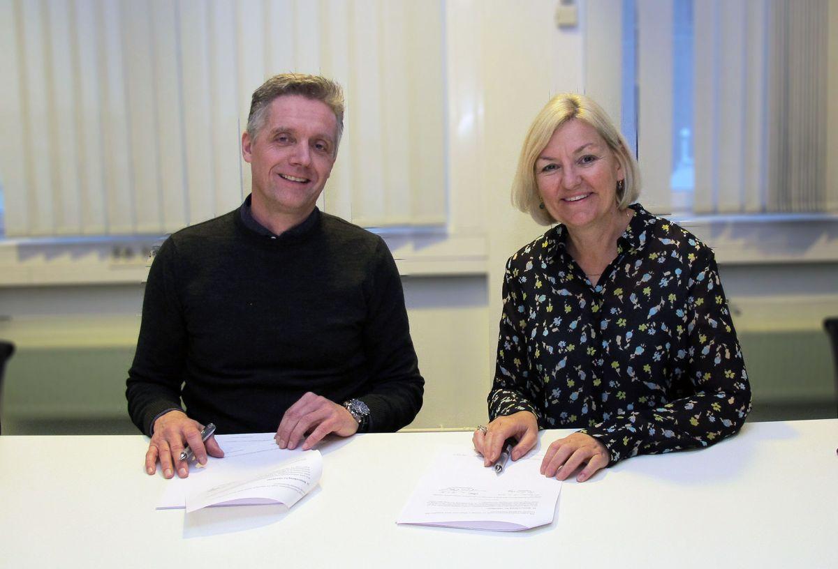 Tor G. Unneland, administrerende direktør i Varden Entreprenør og Eli Grimsby, byggherre og direktør i Kultur- og idrettsbygg Oslo KF signerer kontrakten. Foto: Kultur- og idrettsbygg