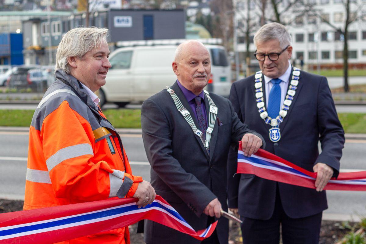 Høytidelig åpning, her ved regionvegsjef i Statens Vegvesen, Kjell Inge Davik, fylkesordfører i Buskerud, Roger Ryberg og ordfører i Drammen, Tore Opdal Hansen.