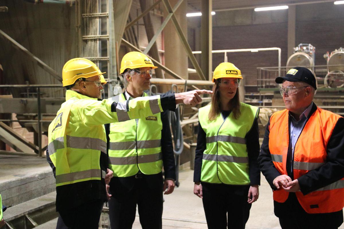 Klima- og miljøminister Ola Elvestuen ble vist rundt i Glavas fabrikk i Askim. Foto: Christian Aarhus