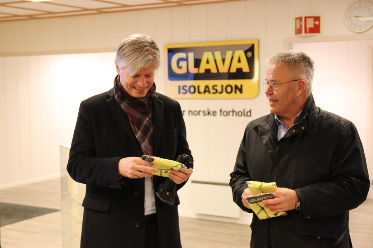 Klima- og miljøminister Ola Elvestuen fikk med seg en Glava-truse fra Glava-sjef Jon Karlsen tilbake til departementet. Foto: Christian Aarhus