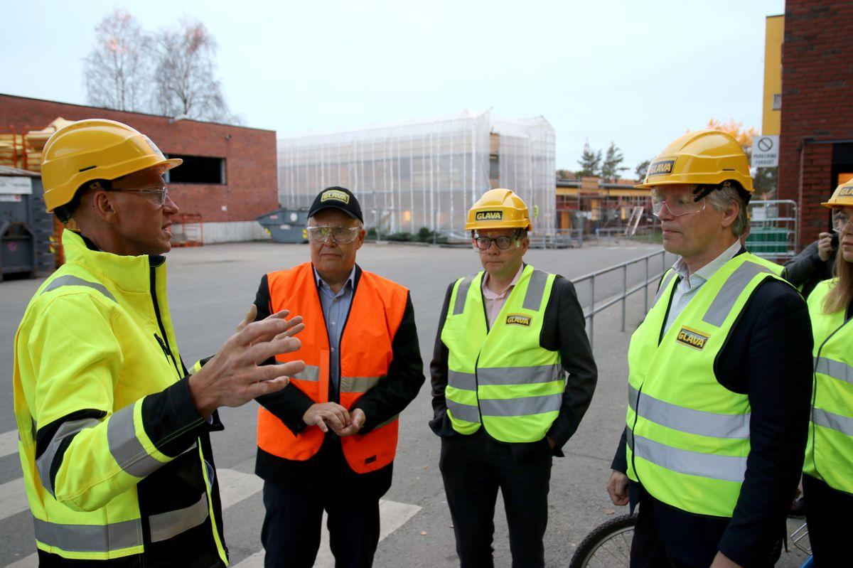 Klima- og miljøminister Ola Elvestuen på omvisning fos Glava. Foto: Christian Aarhus