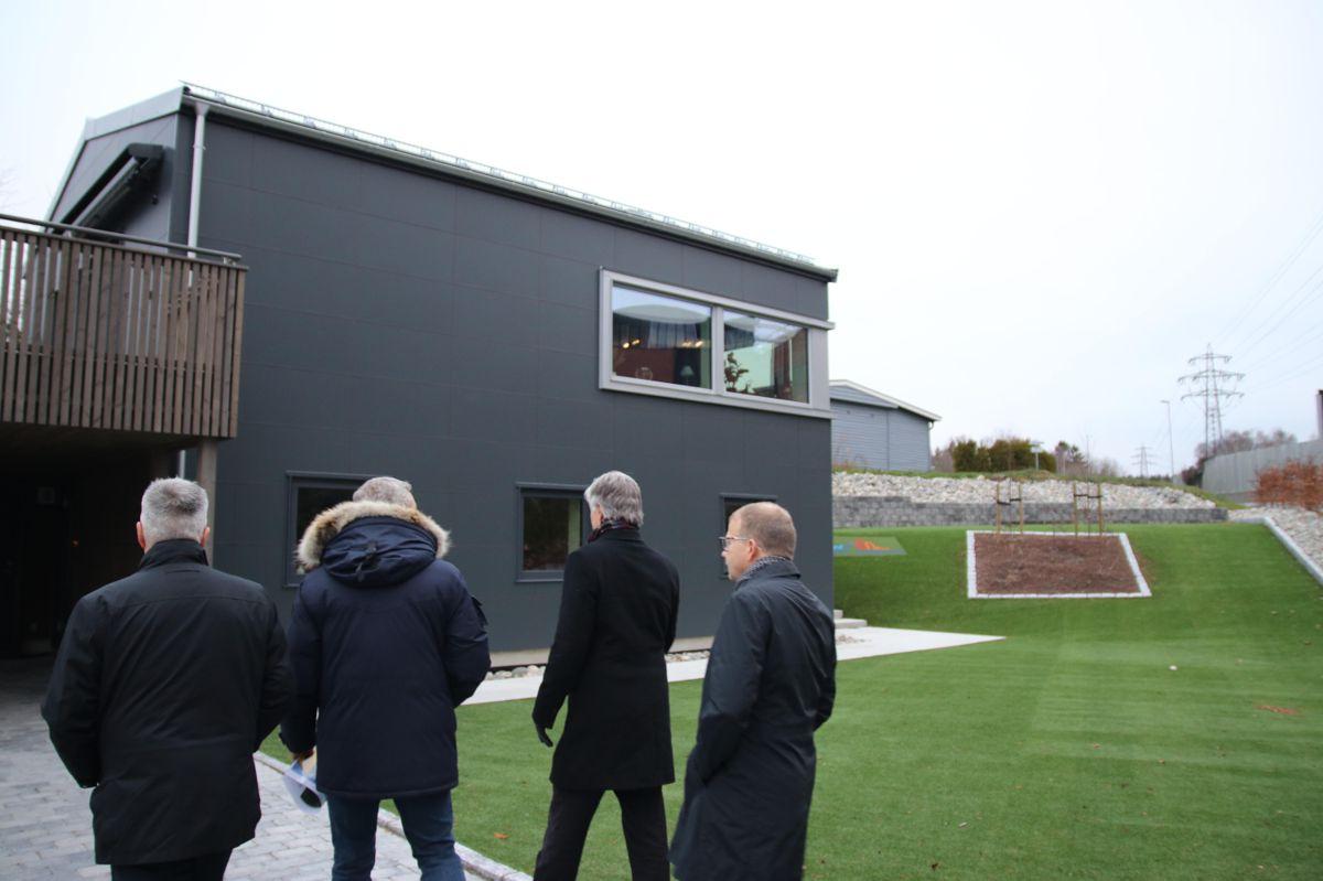 Et av målene med besøket var å se mer på pilotprosjektet Glava har gjort med et nytt elementsystem på dette huset like ved fabrikken i Askim. Foto: Christian Aarhus