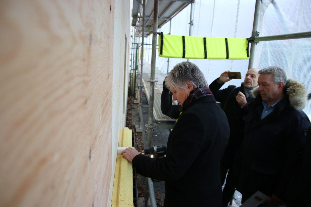 Klima- og miljøministeren fikk også prøve å montere Glavas nye elementer. Foto: Christian Aarhus