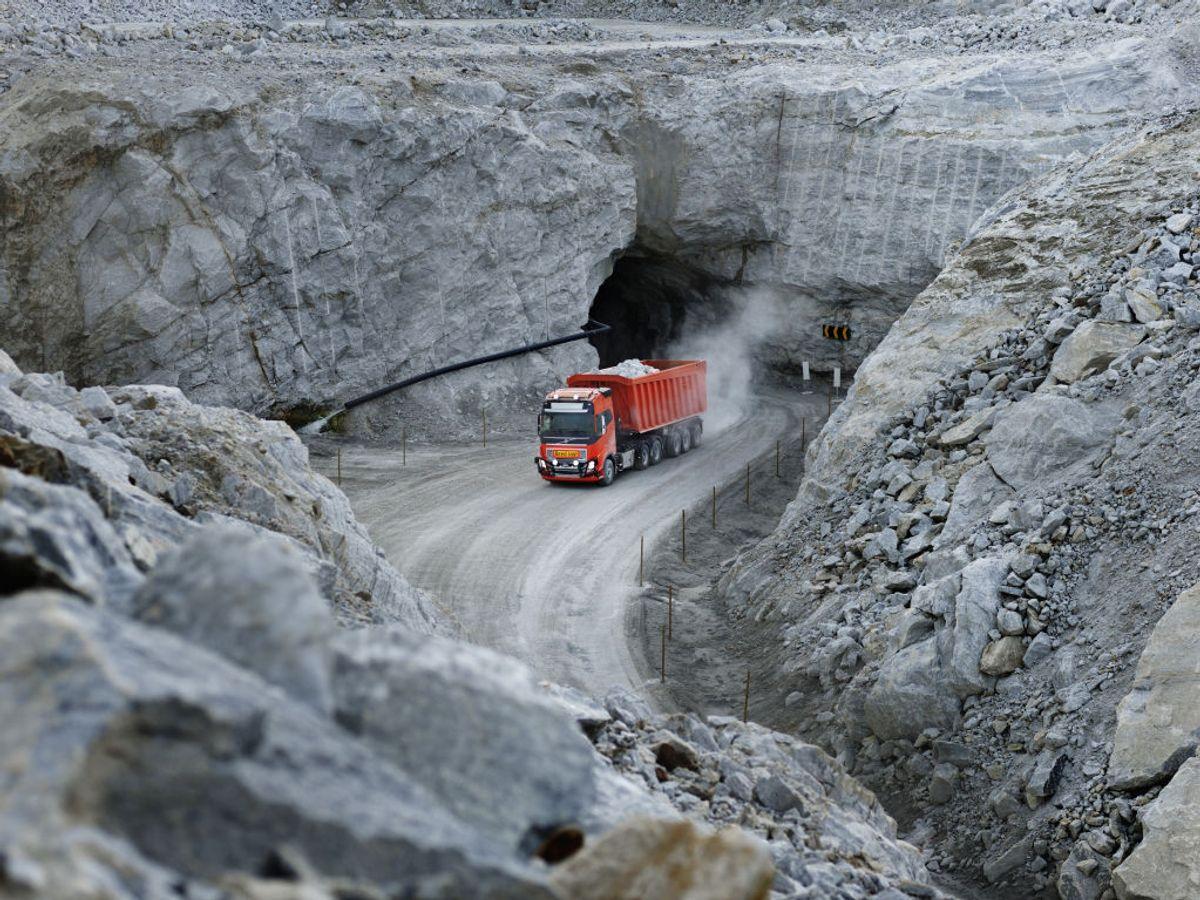 I stedet for å kjøpe autonome lastebiler kjøper Brønnøy Kalk en transporttjeneste. Volvo Trucks leverer kjøretøyene og tar ansvar for transporten av kalkstein.
