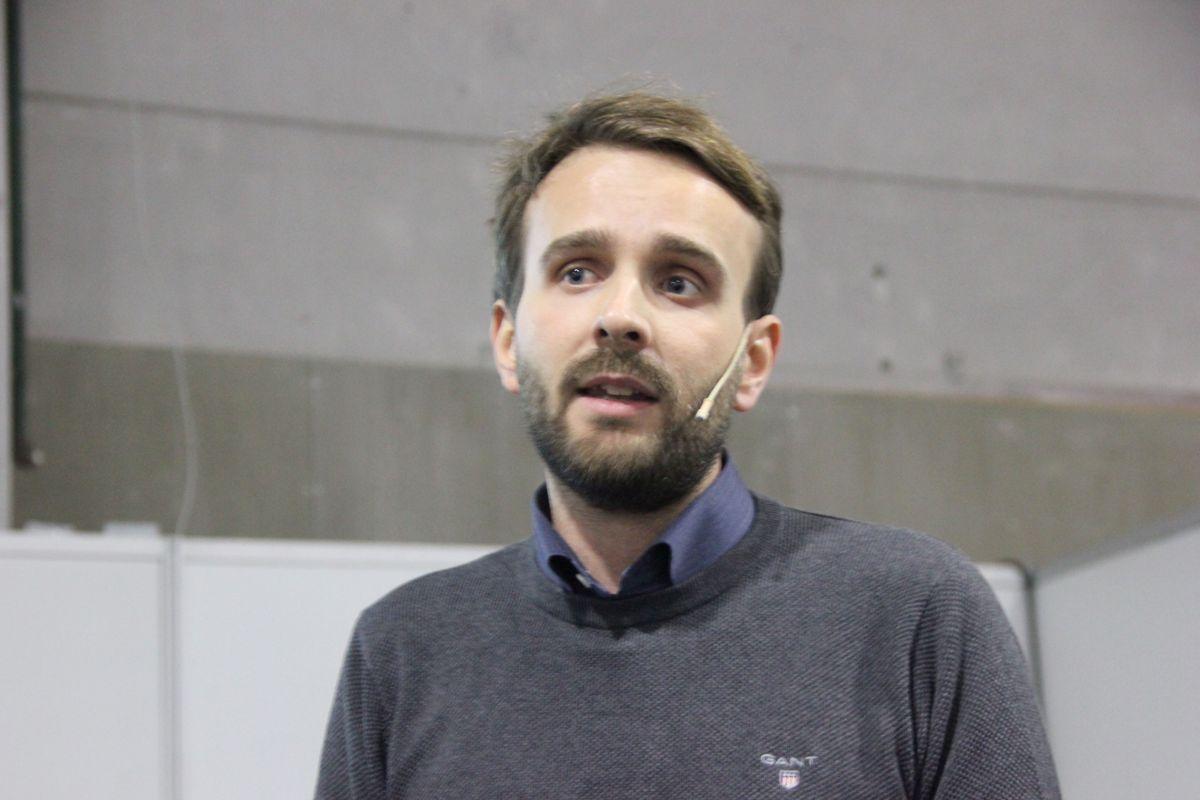 Daglig leder Jan Christian Vestre i utemøbelprodusenten Vestre holdt foredrag om fremtidens sosiale møteplasser. Foto: Svanhild Blakstad
