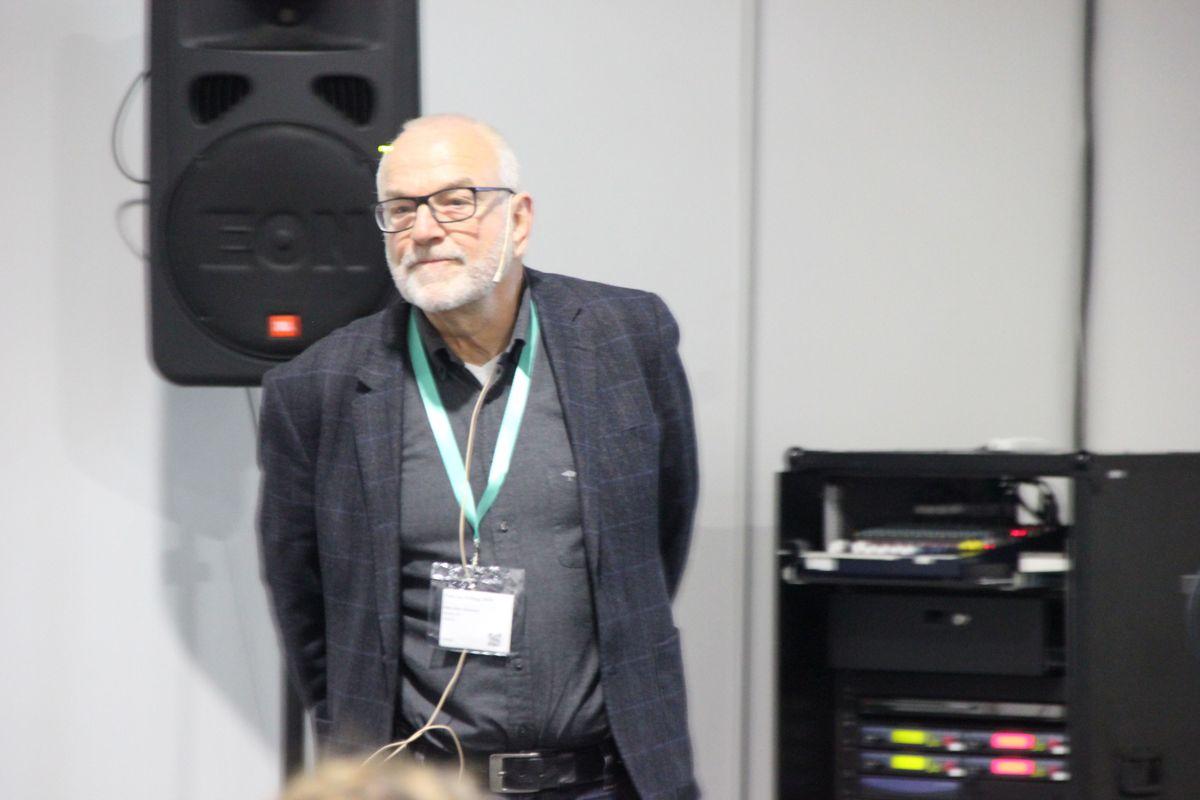 Nils Olav Haukaas i Nasta holdt foredrag om fossilfrie anlegg. Foto: Svanhild Blakstad