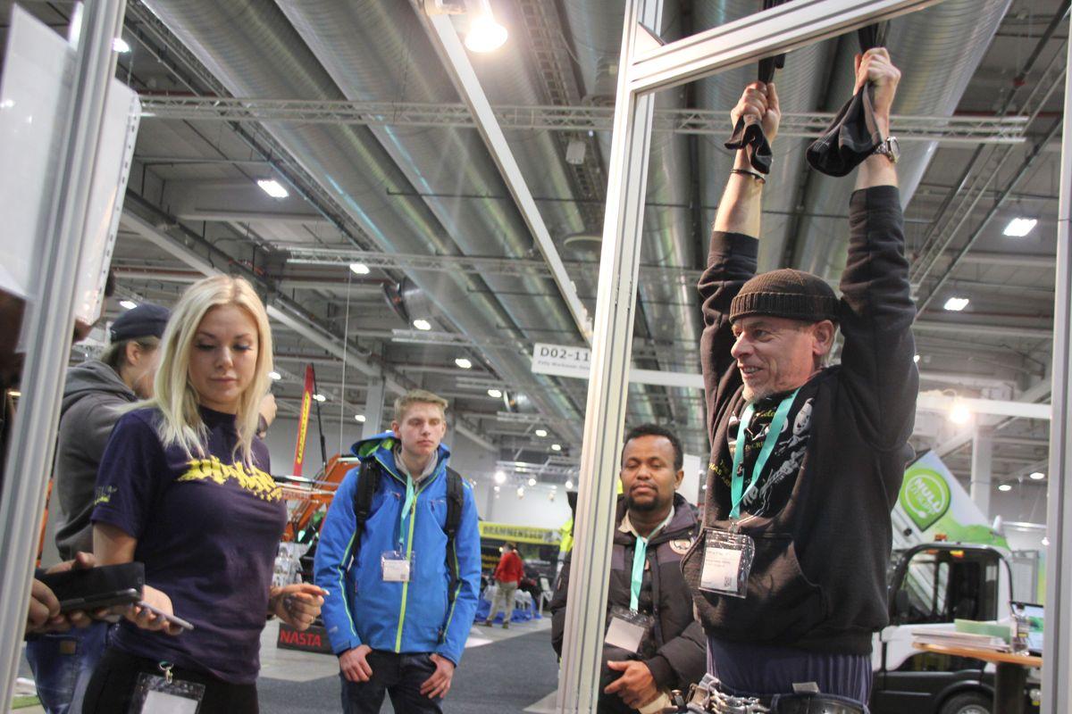 På Blåkläders stand kunne publikum måle krefter ved å henge lengst mulig i en arbeidsbukse. Foto: Svanhild Blakstad