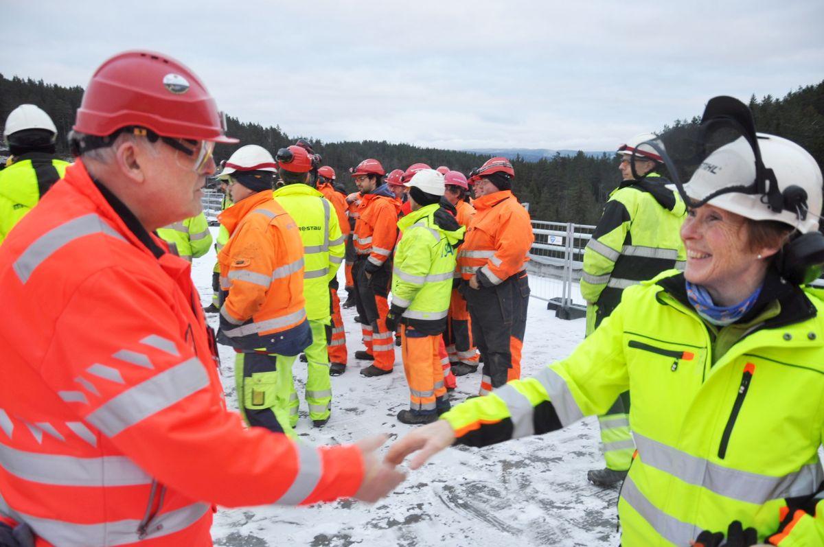 Byggeleder Svein Borgen ønsker ordfører Kari Anne Sand velkommen til brufeiring. Foto: Kjell Wold/Statens vegvesen