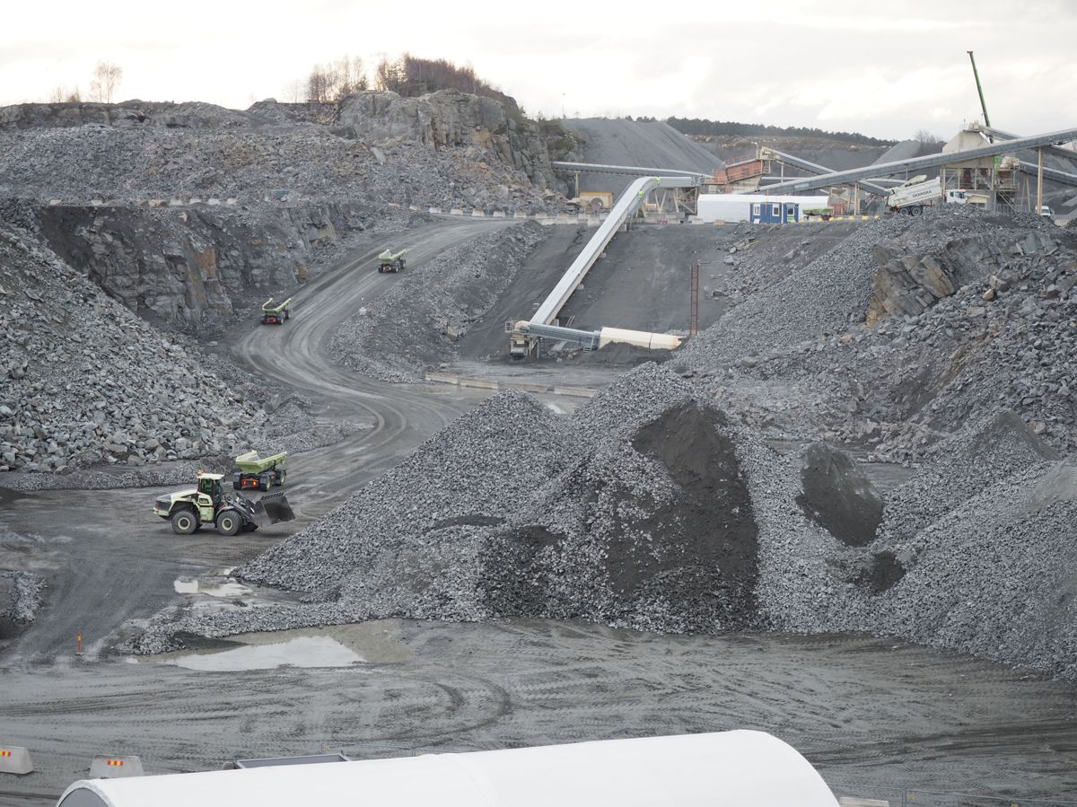 <p>En del av steinbruddet Vikan Kross i Gøteborg driftes frem til jul om Electric Site. Resultatet en reduksjons i CO2-utslippet på 98 prosent sammenliknet med konvensjonell drift. Foto: Jørn Hindklev</p>