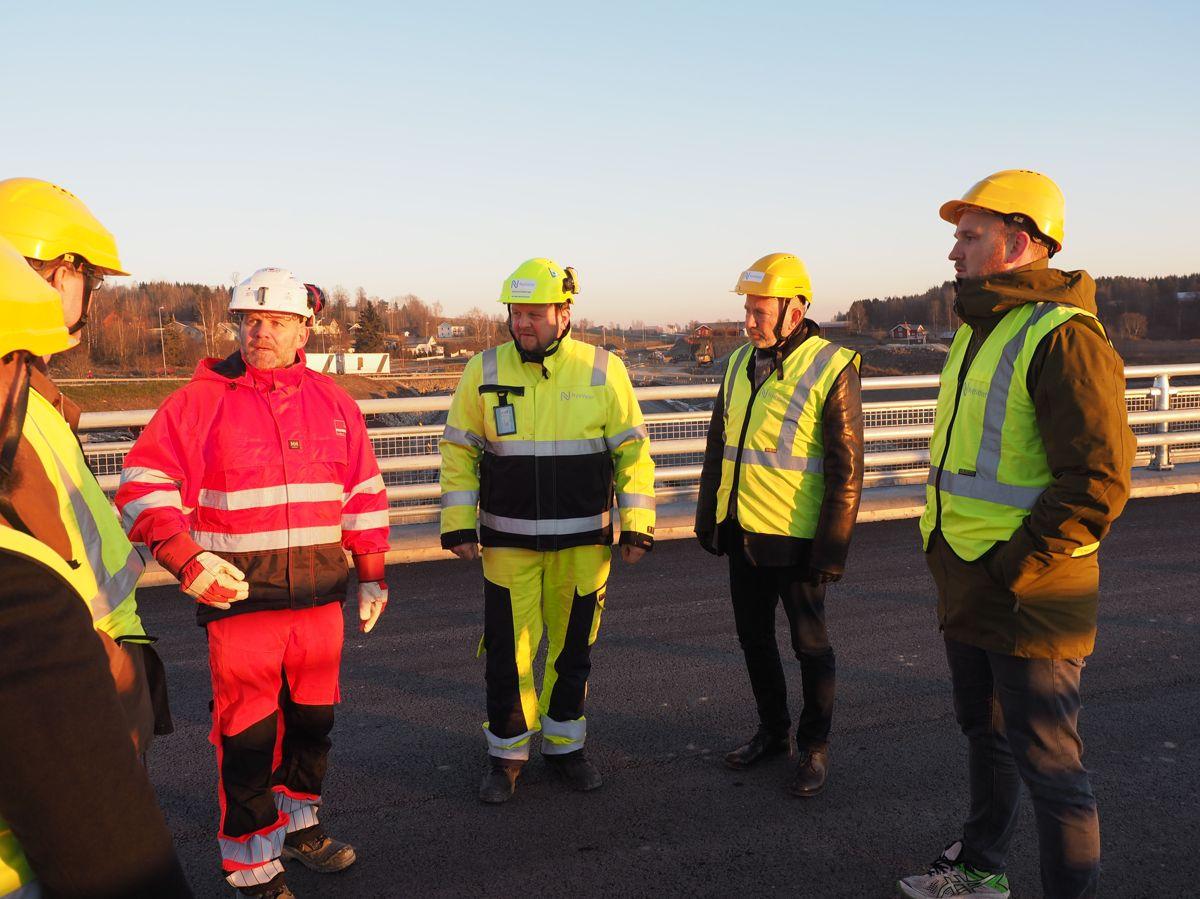 Veidekkes prosjektleder Neal Nordahl orienterte litt om utbyggingen av E6 Arnkvern-Moelv. Foto: Jørn Hindklev