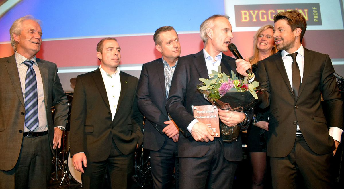 <p>BESTE STAND: Toastmaster Nils-Ingar Aadne delte ut pris for beste stand til Essve ved Pål Jahr, Stig Morten Austheim og Thomas Erlingsen. Kjededirektør Christine Holm og markeTingsdirektør Ottar Hansen (t.v) bivåner det hele.</p>