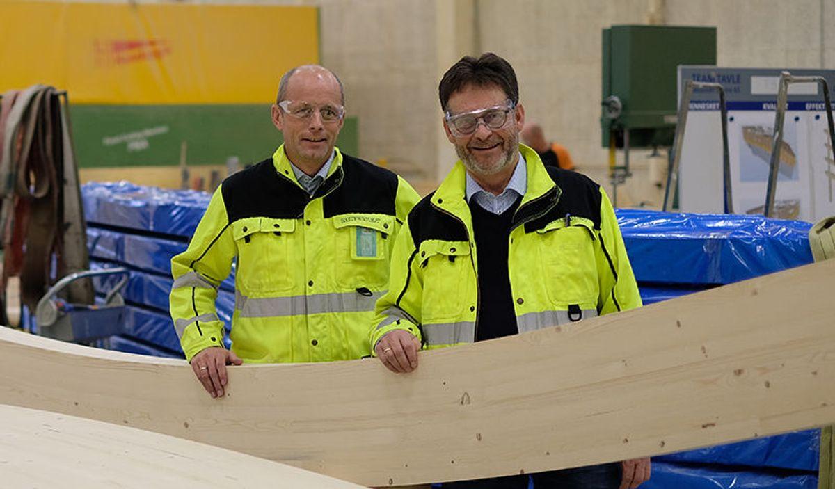 Direktør Rune Abrahamsen (til venstre) og fabrikksjef Bertil Tomter i Moelven Limtre. Foto: Moelven Limtre