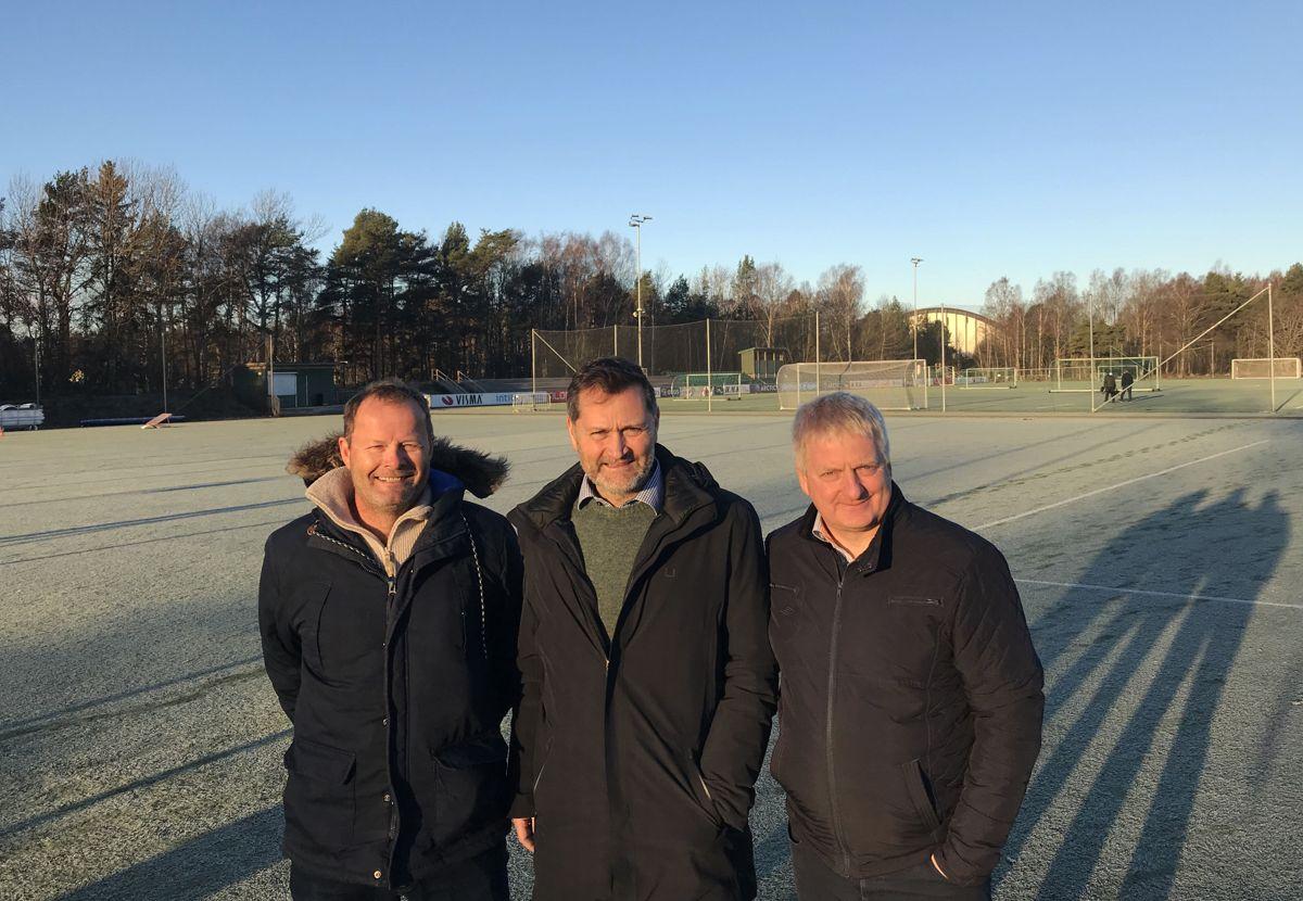 KFUM-styremedlem Bjørnar Fahre (fra venstre), Henrik Larsen i HRP, og daglig leder i KFUM Kameratene Thor Erik Stenberg planlegger med å begynne bygging av ny arena høsten 2019. Foto: HRP