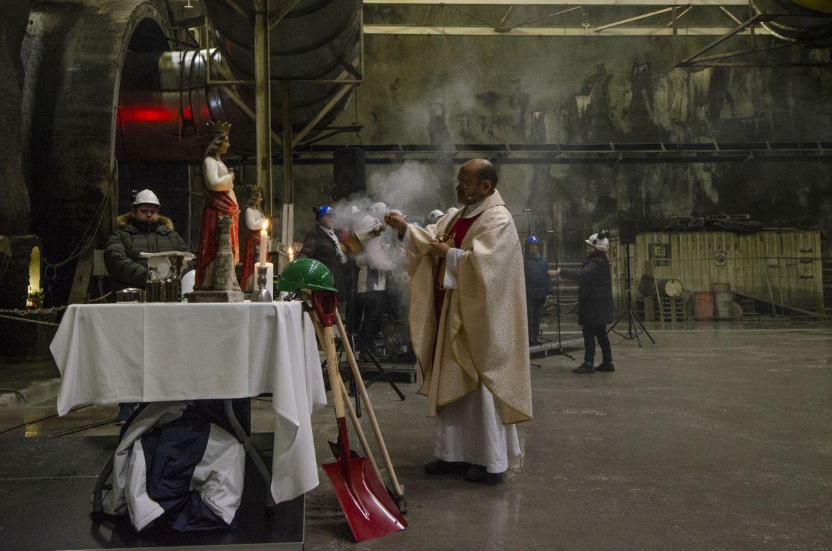 Fader Joel Salas ledet messen for Sankta Barbara på Follobanen 4. desember.