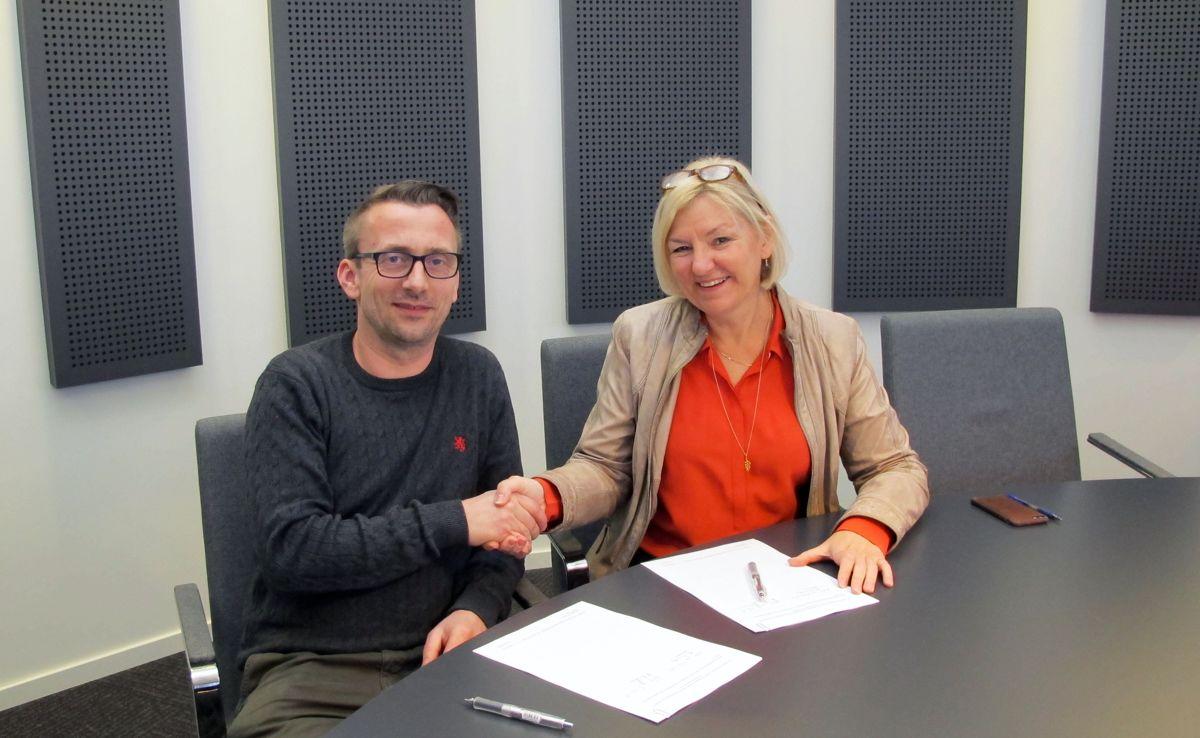 Kurt F. Pedersen, daglig leder i Oslo Prosjektbygg, og Eli Grimsby, direktør i Kultur- og idrettsbygg. Foto: Kultur- og idrettsbygg