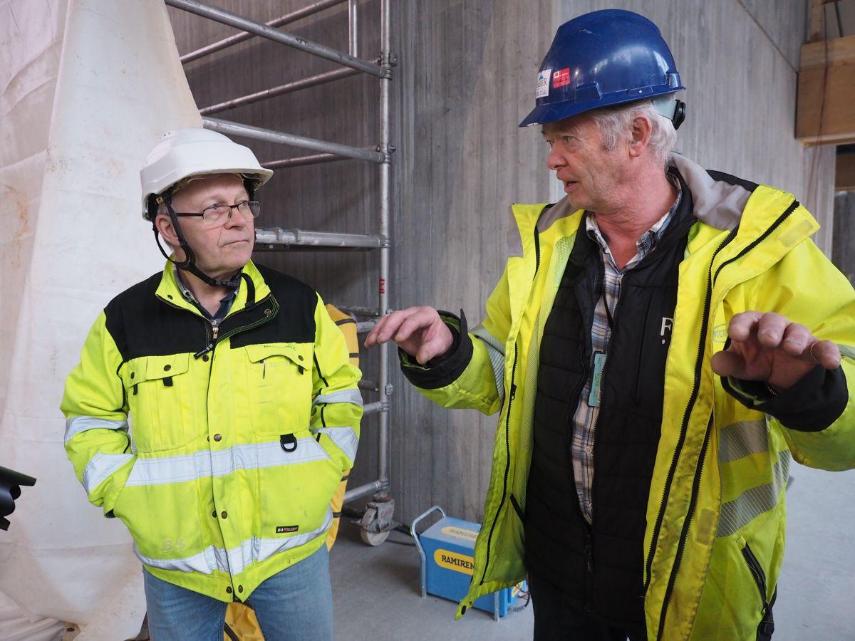 Prosjektleder Åge Holmstad i Moelven Limtre og Oddmund Torjussen i Faber Bygg. Foto: Jørn Hindklev