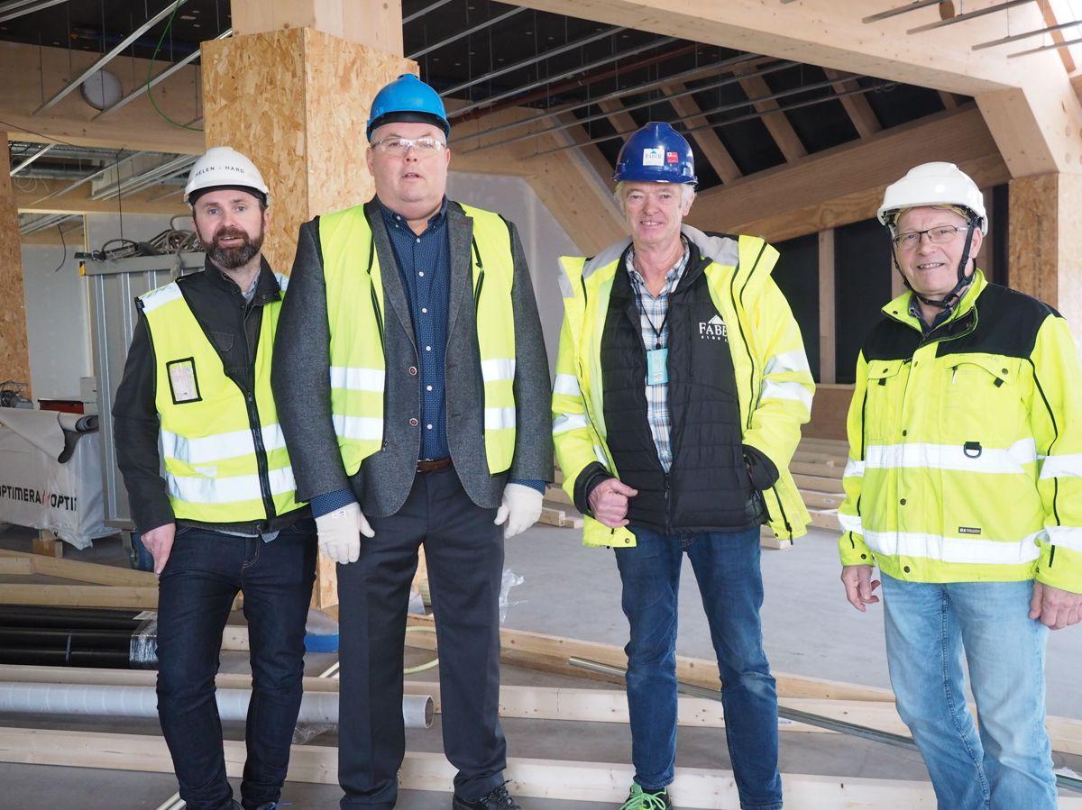 Njål Undheim (Helen & Hard), Geir Kleppa (Moelven Modus), Oddmund Torjussen (Faber Bygg) og Åge Holmestad i Moelven Limtre. Foto: Jørn Hindklev