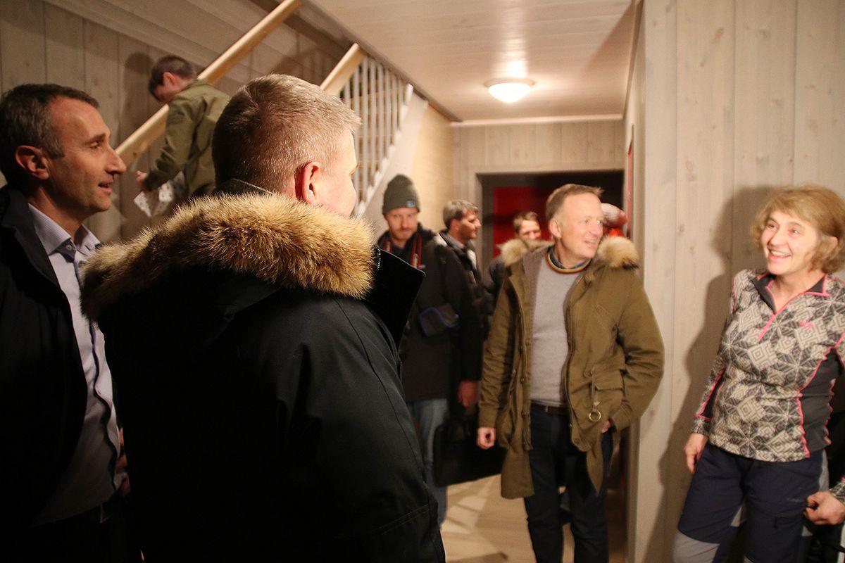 Stål Rød, Anders Danielsson og Harald V. Nikolaisen gratulerer Åshild Ønvik Pedersen med sin nye bolig. Hun har allerede flyttet inn i det nye rekkehuset sammen med resten av familien.