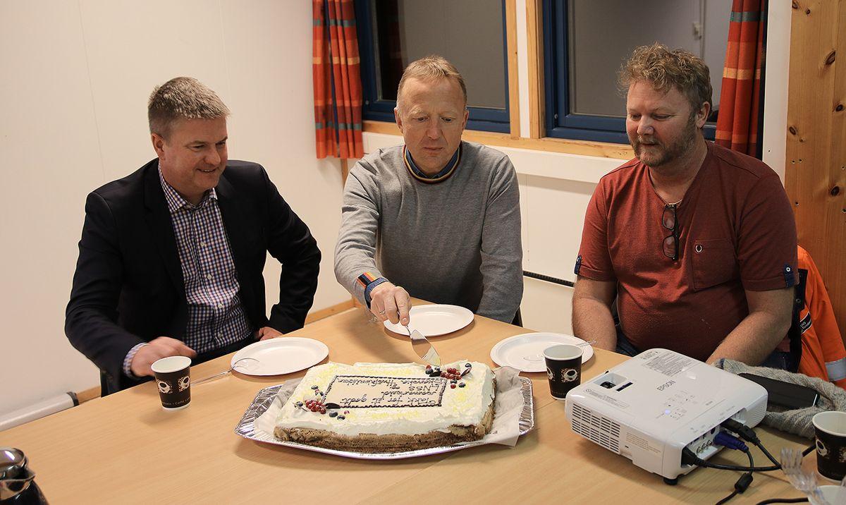 Konsernsjef Anders Danielsson i Skanska AB, adm. dir. Harald V. Nikolainsen i Statsbygg og Arne Gunhildberget, prosjektleder LNS Spitsbergen.