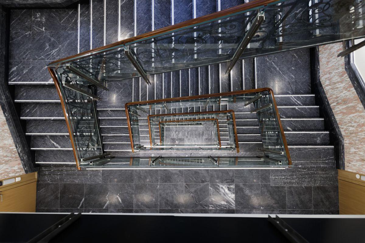 Den gamle trappen i Stortingets nye lokaler i Prinsens gate 26 er restaurert. Foto: Cornelius Poppe / NTB scanpix