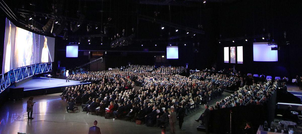 Hele salen er fylt opp under NHOs årskonferanse 2019. Foto: Arve Brekkhus