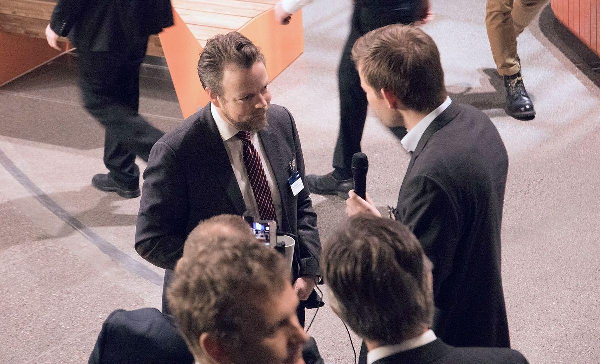 Næringsminister Torbjørn Røe Isaksen er på plass i Oslo Spektrum. Foto: Arve Brekkhus