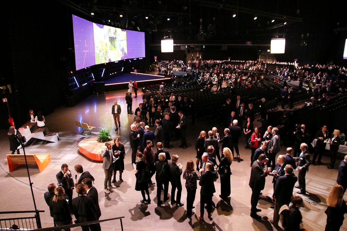 Pausene under NHO-konferansen er en viktig minglearena for den norske makteliten. Foto: Arve Brekkhus