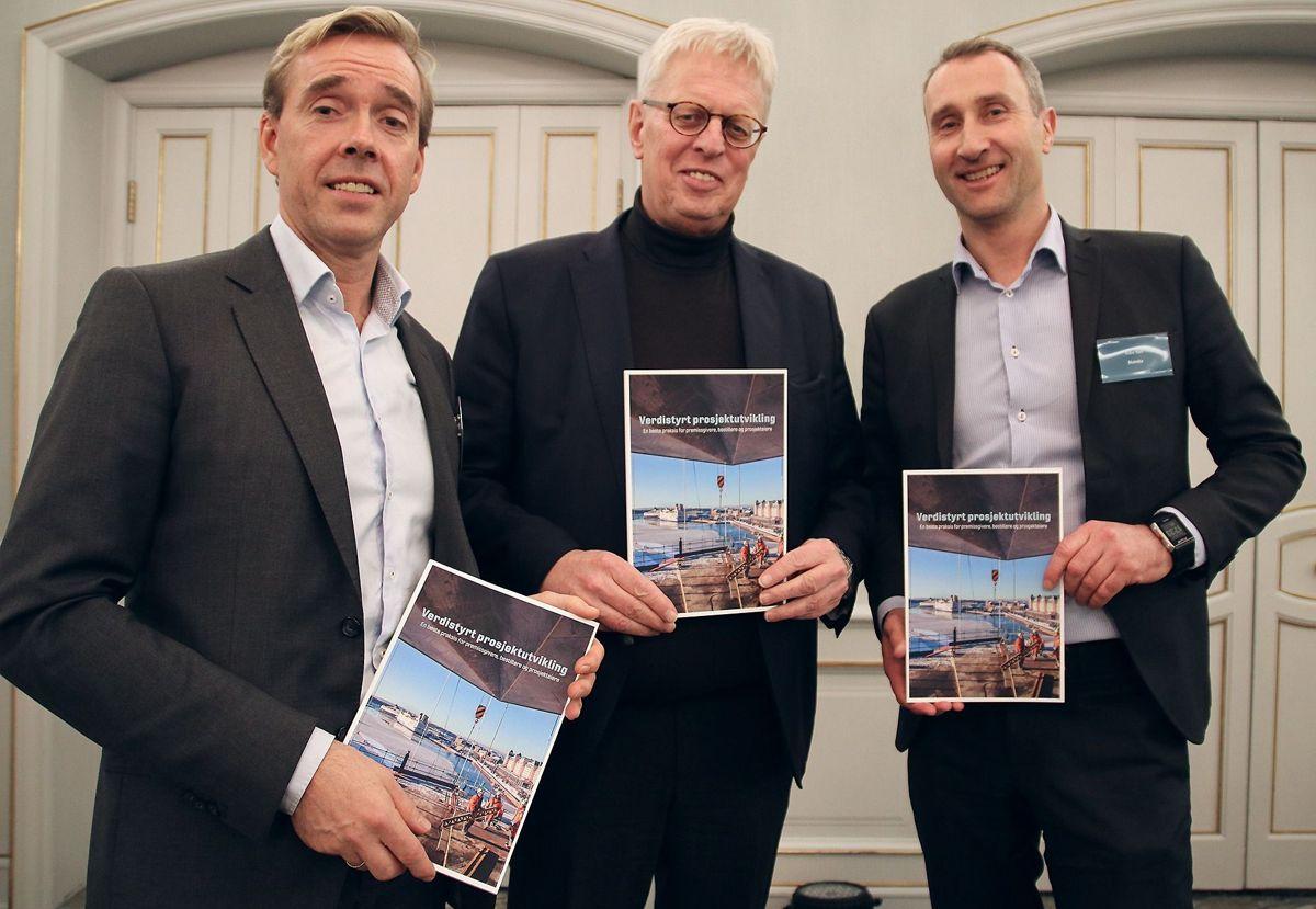 <p>Torsdag ettermiddag lanserte Halvard Kilde (Metier OEC) (f.v.), Stein Kinserdal (Sykehuset i Vestfold) og Ståle Rød (Skanske Norge) den nye veilederen rundt Verdistyrt prosjektutvikling.</p>