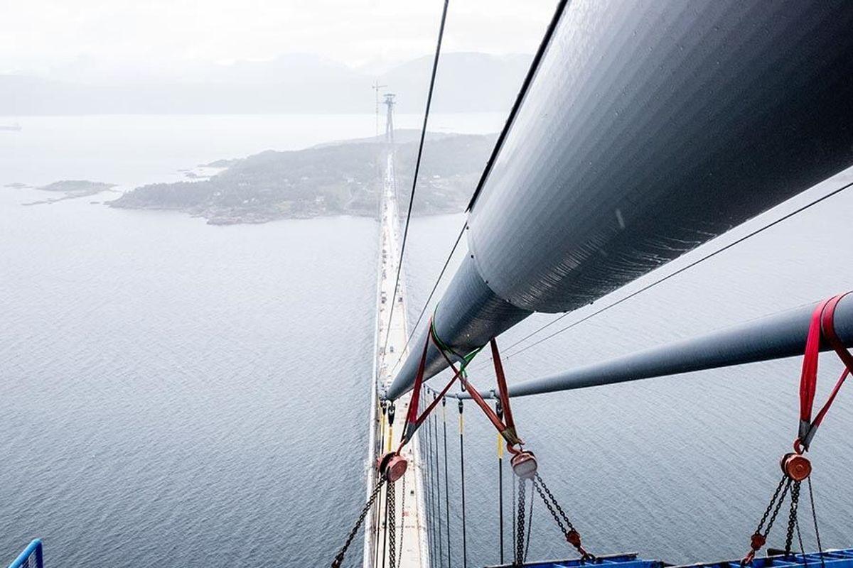 Hver av de to hovedkablene har en lengde på 1.621 meter. Diameteren er på 47,5 centimeter, og hver kabel veier 2.000 tonn. Bildet er tatt i august 2018. Foto: Ragnhild Heggem Fagerheim/ COWI