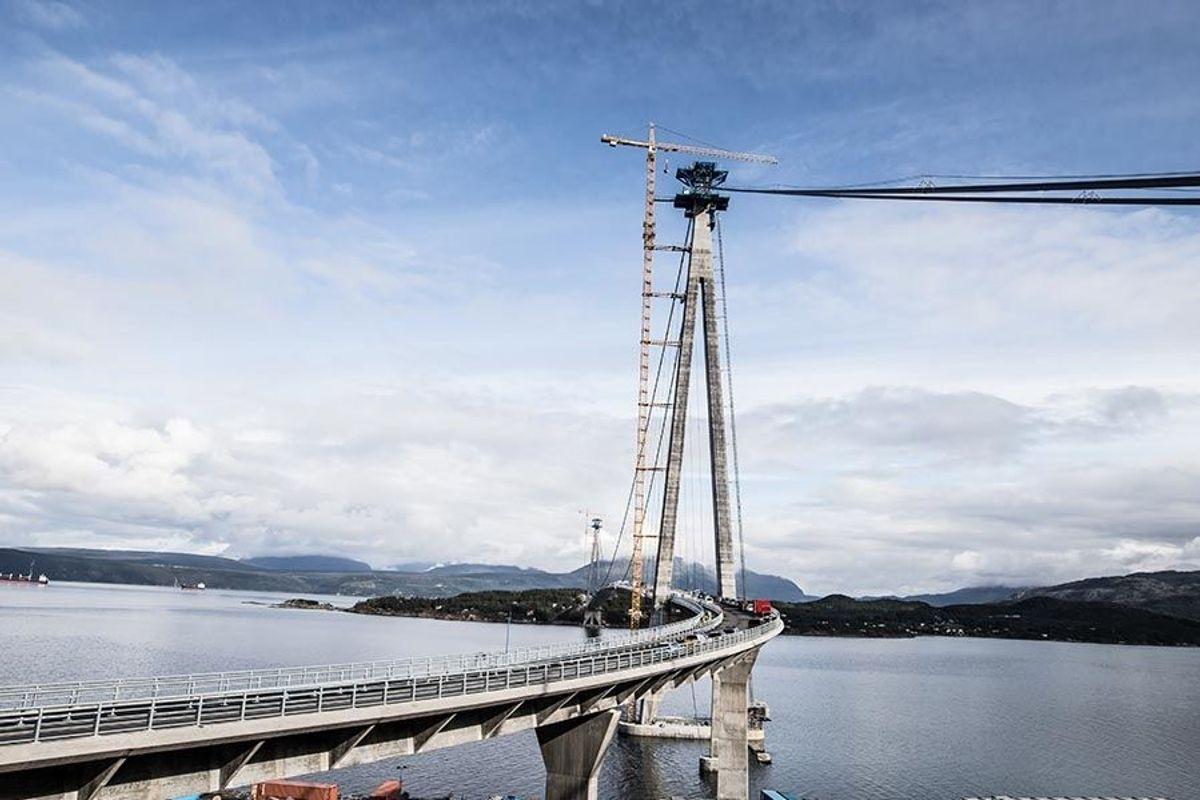 Den nye brua korter ned avstanden mellom Narvik og Bjerkvik med 18 kilometer. Fotografert i august 2018. Foto: Ragnhild Heggem Fagerheim/ COWI