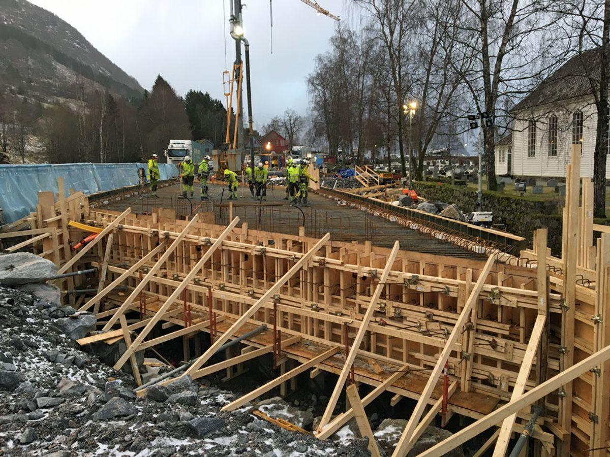 Når betongen er herda kan forskalinga rivast. Foto: Statens vegvesen