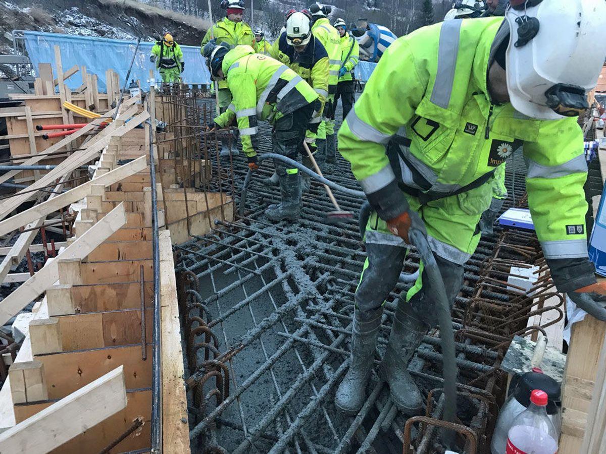 Støypinga starta grytidleg fredag 11. januar. Det gjekk med om lag 250 kubikkmeter betong. Foto: Statens vegvesen