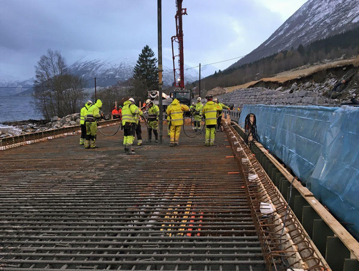 Betongbilen heller betong over til ein pumpebil, som via ein lang slange får betongen ut på brua og ned i armeringa. Foto: Statens vegvesen
