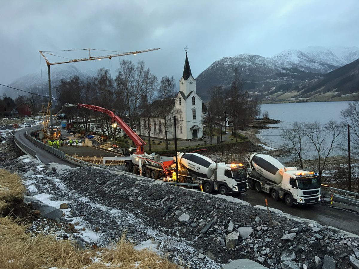 Dei to nye bruene på E399 ved Helgheim kyrkje. Køyrebrua er 25 meter lang og ti meter brei. Foto: Statens vegvesen