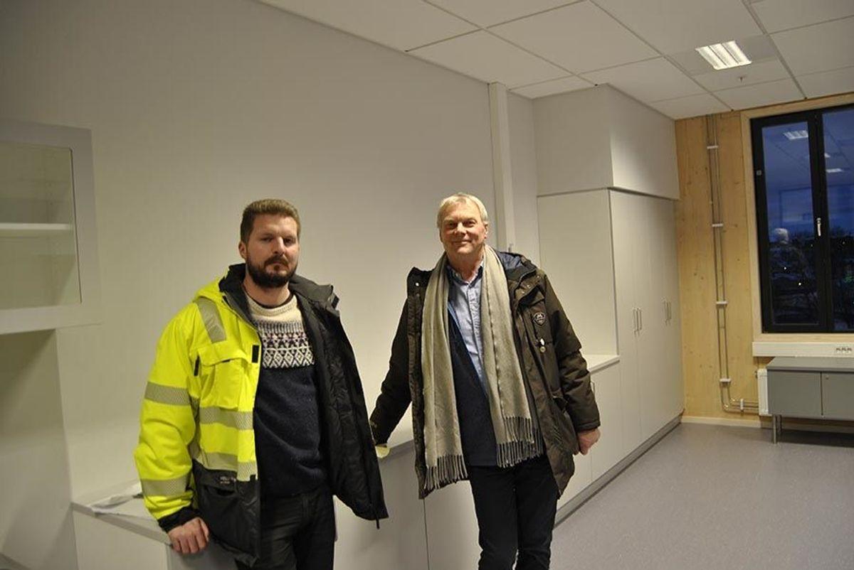 Svein Anders Rodø fra Trondheim kommune og Ole Grannes fra HENT er fornøyd med den nye skolen.