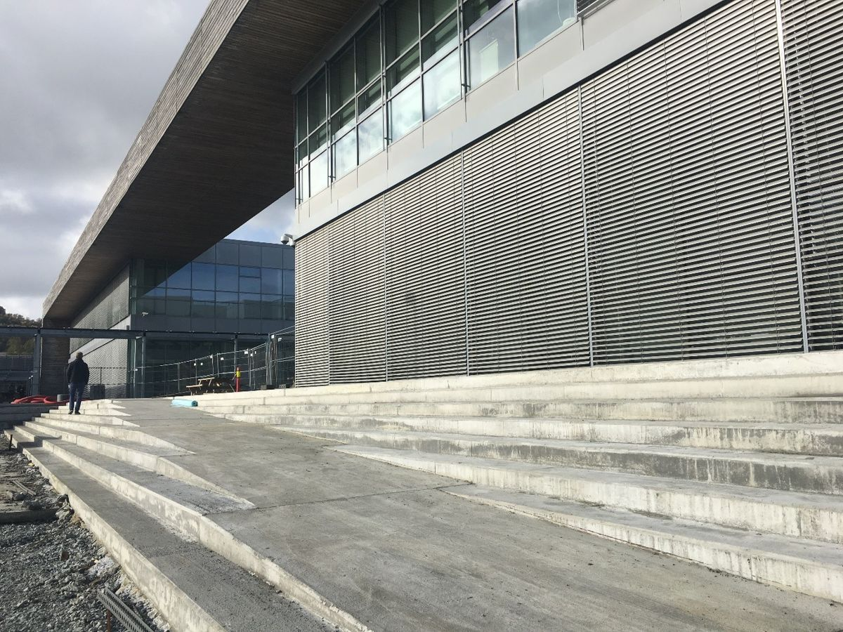 Amfi i betong i forkant av bygget. Foto: Kruse Smith Entreprenør