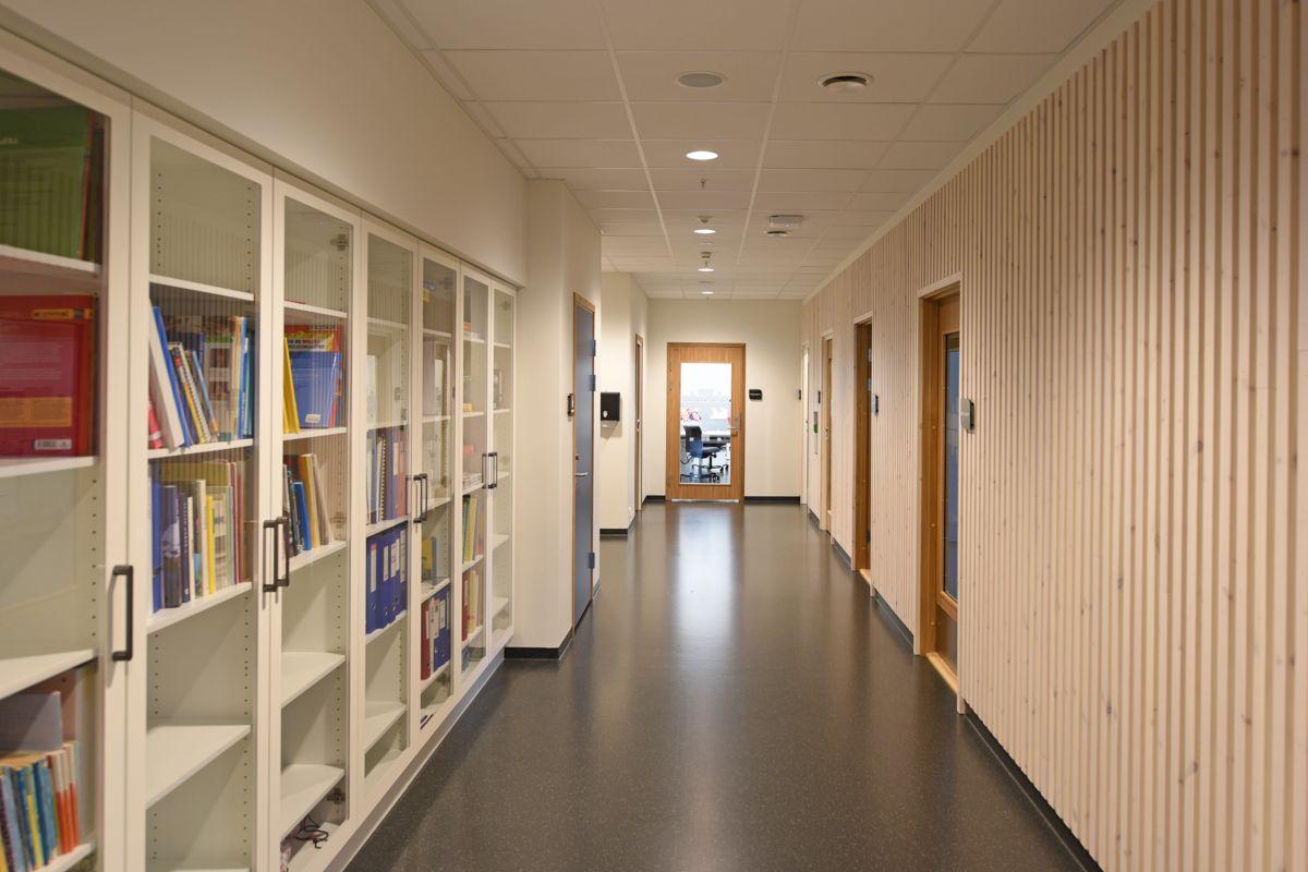 Korridor med spilekledning på den ene veggen, noe som gjør den enklere for blinde og svaksynte å finne frem.