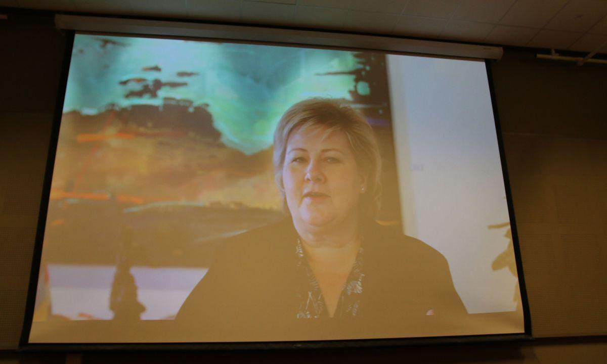 Statsminister Erna Solberg kom med en hilsen på storskjerm.