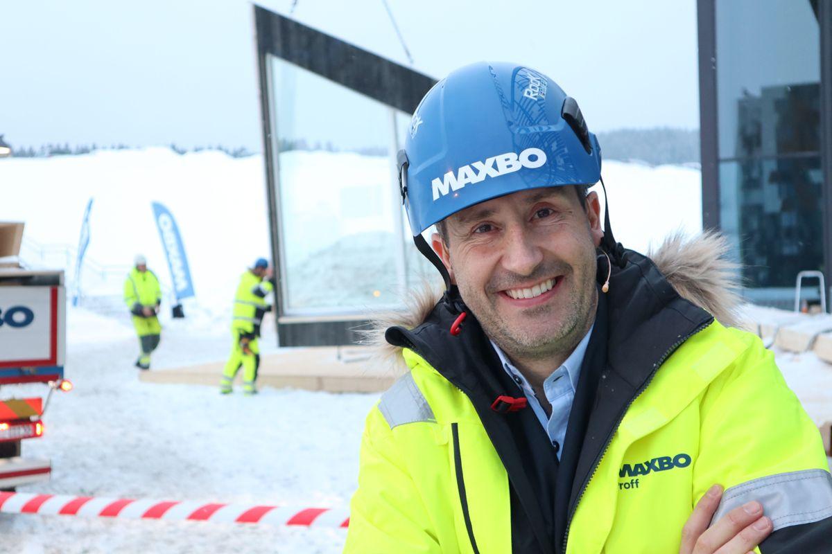 Konferansier Harald Rønneberg ga klarsignal til å starte montasjen av elementhytta utenfor Arena 2019. Foto: Svanhild Blakstad