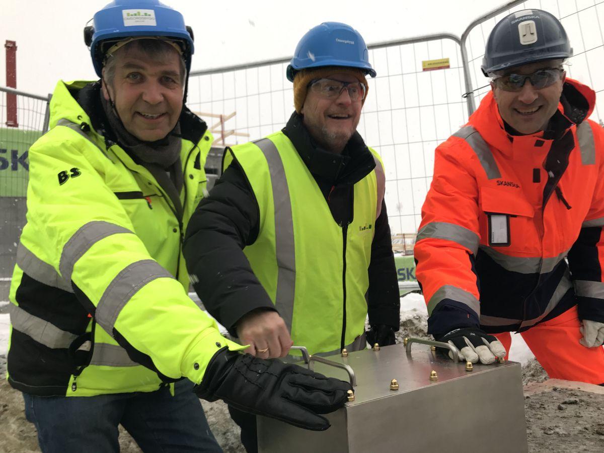 Konstituert administrerende direktør i Omsorgsbygg, Tore Fredriksen (fra venstre), byrådsleder Raymond Johansen og konsernsjef i Skanska, Ståle Rød. Foto: Omsorgsbygg