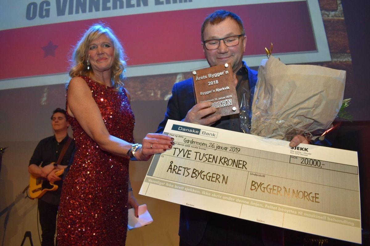 Det var en rørt daglig leder Kurt Dalbakk hos Bygger'n Bjerkvik som mottok prisen. De mottok en plakett, en gavesjekk, blomster og trampeklapp fra de 400 deltakerne i salen.