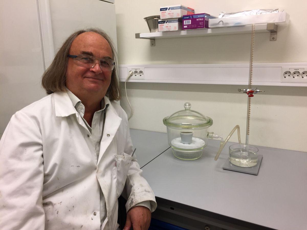 SINTEF-forsker Harald Justnes tror aluminiumarmering og leire kan ha stor betydning for betongnæringen. Foto: SINTEF