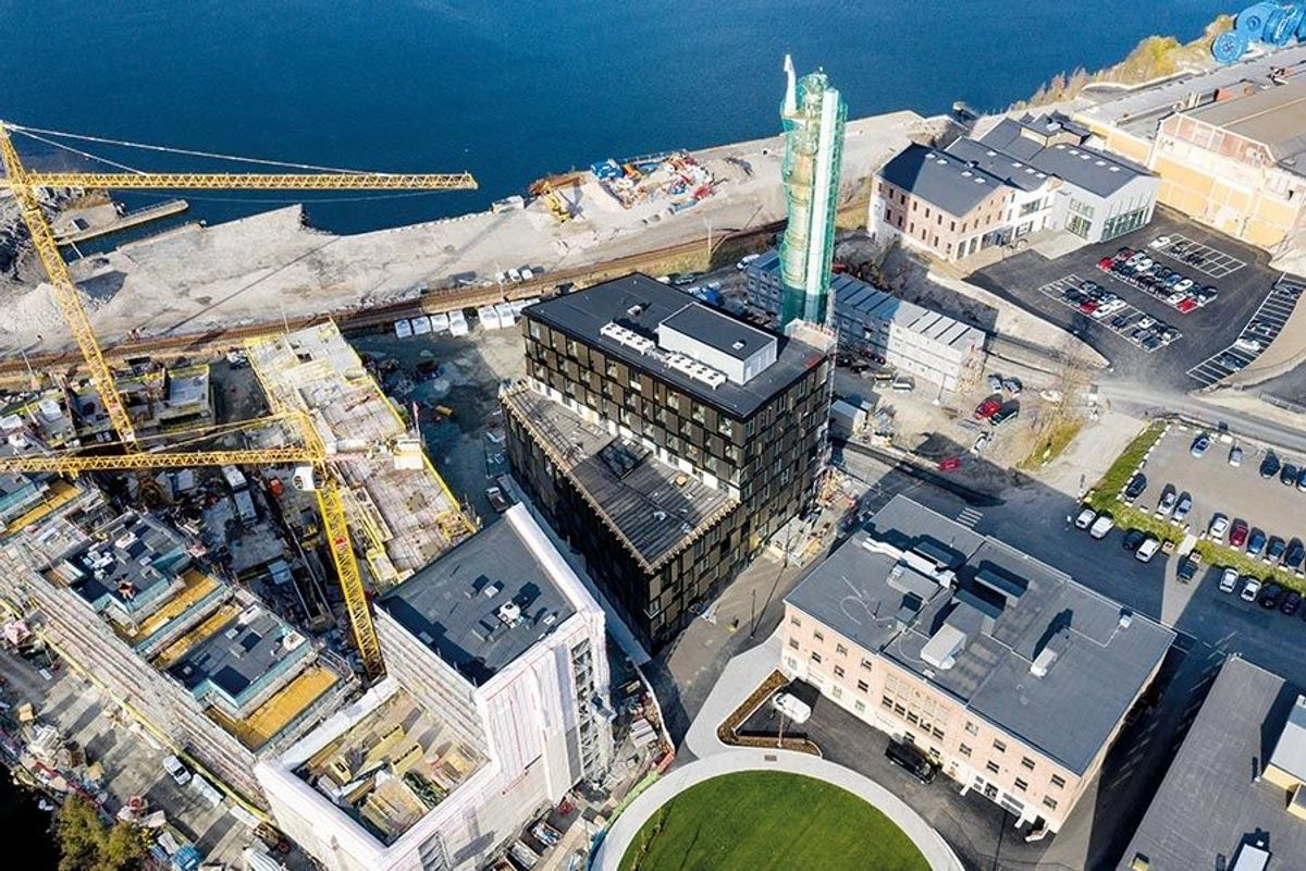 Dronefoto fra oktober 2018 som viser Ankers Hus i midten, med boligprosjektet Støperiet til venstre. Foto: Tomasz Majewski