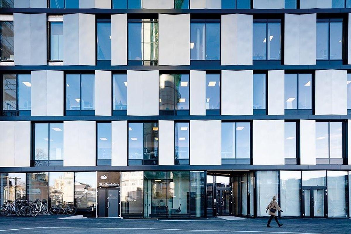 MAD har lagt Ankers Hus i en materialpalett fra de historiske bygningene på Verket; gylne vertikale metallplater som reflekter lyset i forskjellige vinkler. Foto: Tomasz Majewski