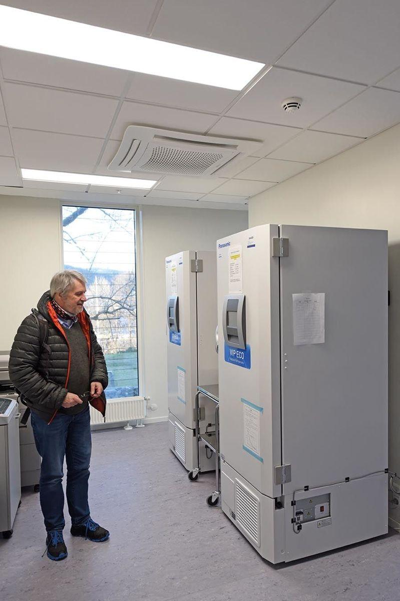 Prosjektleder Inge Samuelsen fra Constructa Entreprenør foran fryseskap med temperatur på minus 80 grader Celcius.