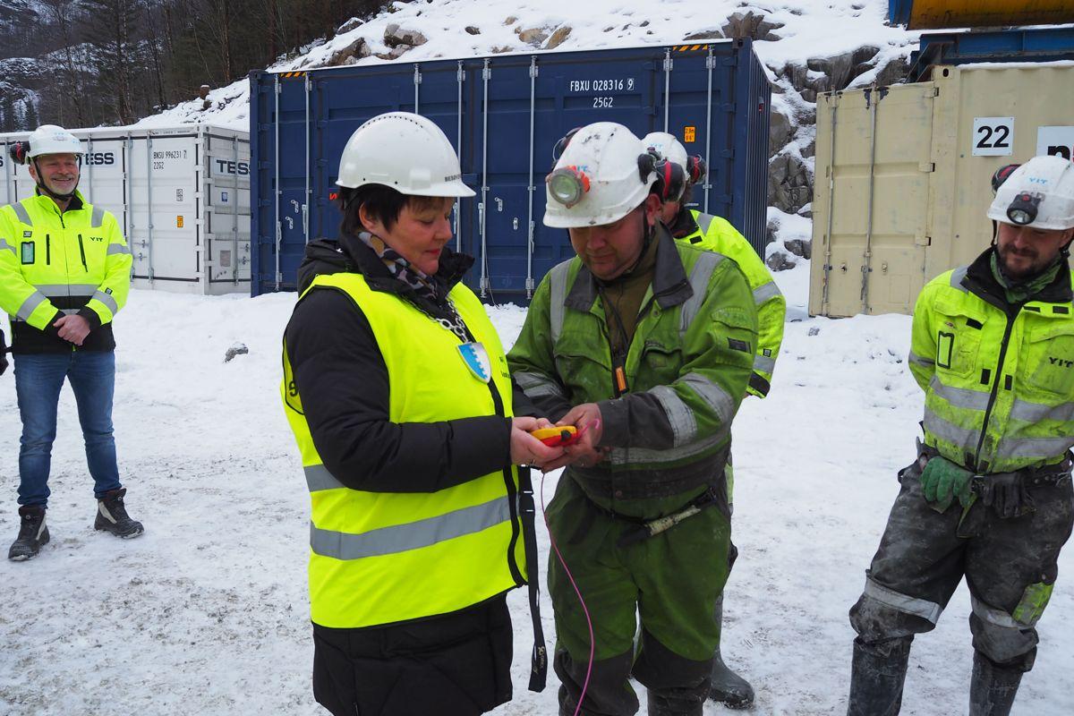 <p>Ordfører Siri Klokkerstuen og skytebas Ole Johnny Turvoll i YIT fyrte av salven som markerte at kraftverkprosjektet er igang.</p>