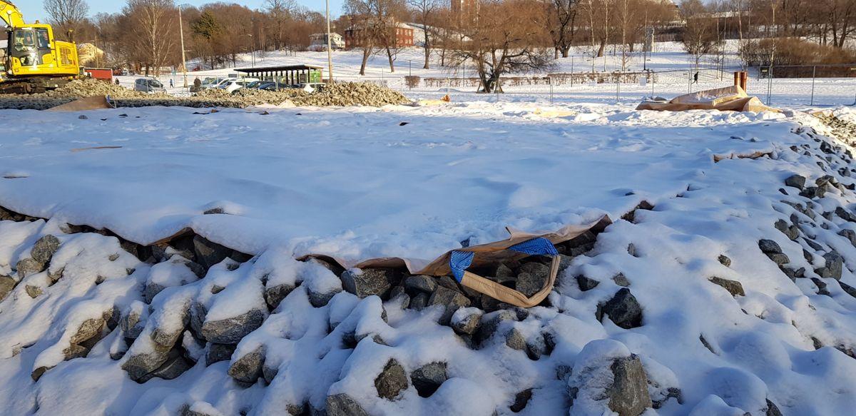 Snøseilene som dekker et område der det skal utføres arbeid under snøen, løftes enkelt bort med maskiner etter hvert som arbeidene skrider frem.